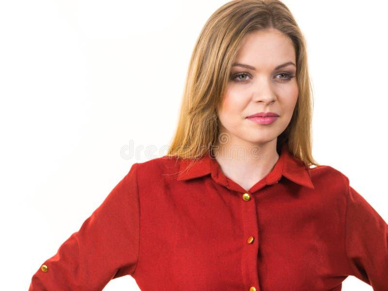 Camisa roja casual que lleva femenina imagen de archivo libre de regalías