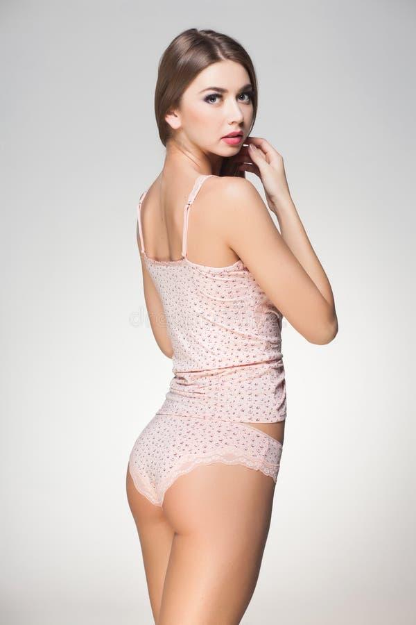 Camisa vestindo do pijama da mulher bonita fotos de stock