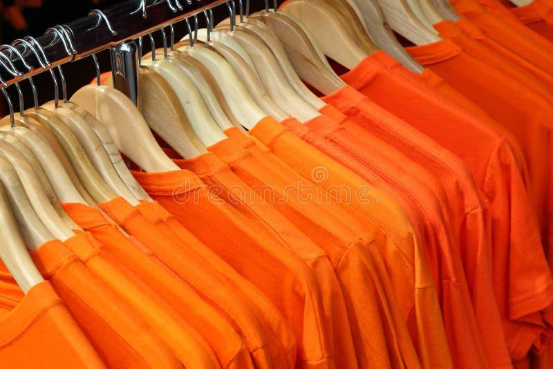 Camisas alaranjadas de T fotos de stock