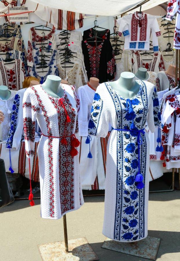 Camisas bordadas ucranianas, roupa feito a mão nacional Camisa de linho tradicional com flores e os ornamento bordados em local fotos de stock royalty free