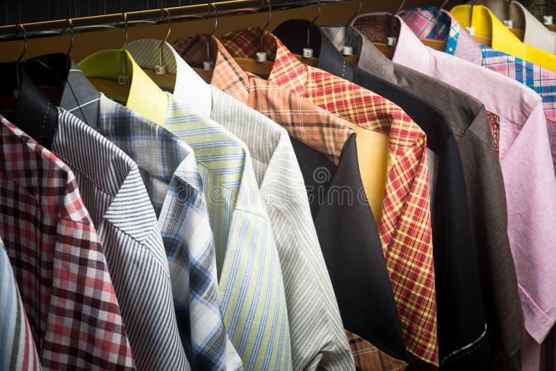 Camisas. camisas do homem em ganchos imagem de stock royalty free