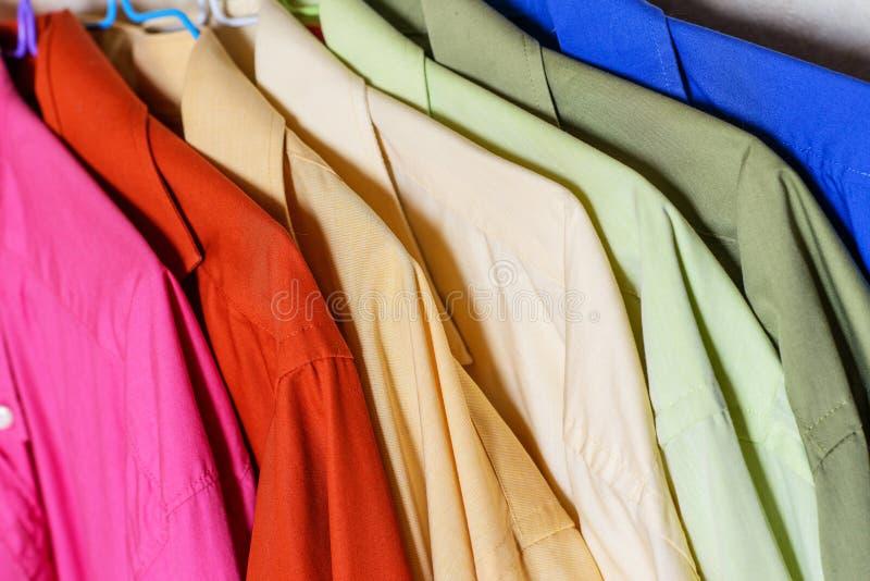 Camisas coloridas do ` s dos homens fotos de stock
