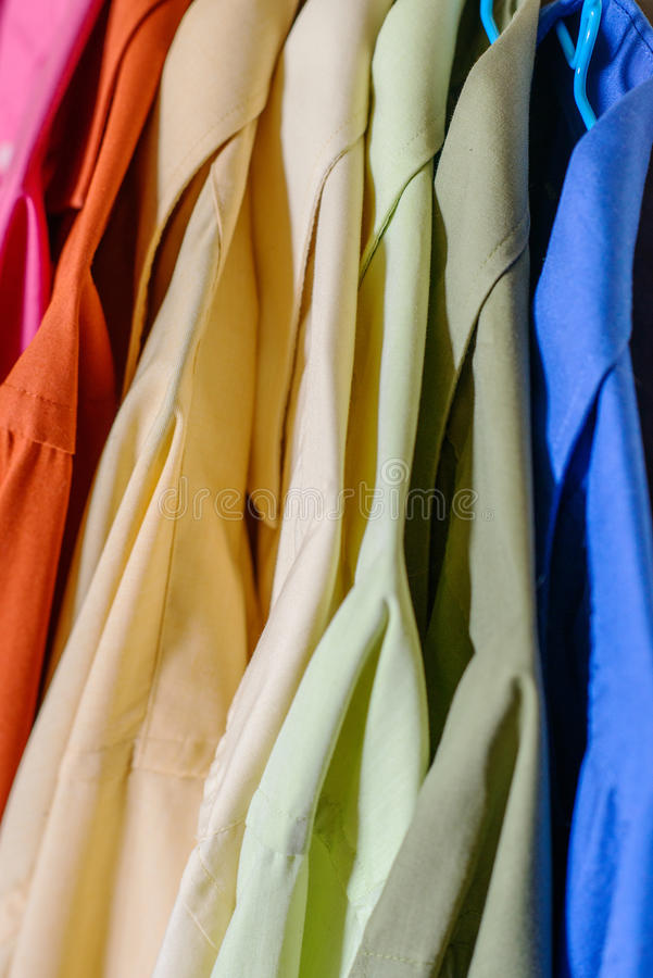 Camisas coloridas do ` s dos homens foto de stock