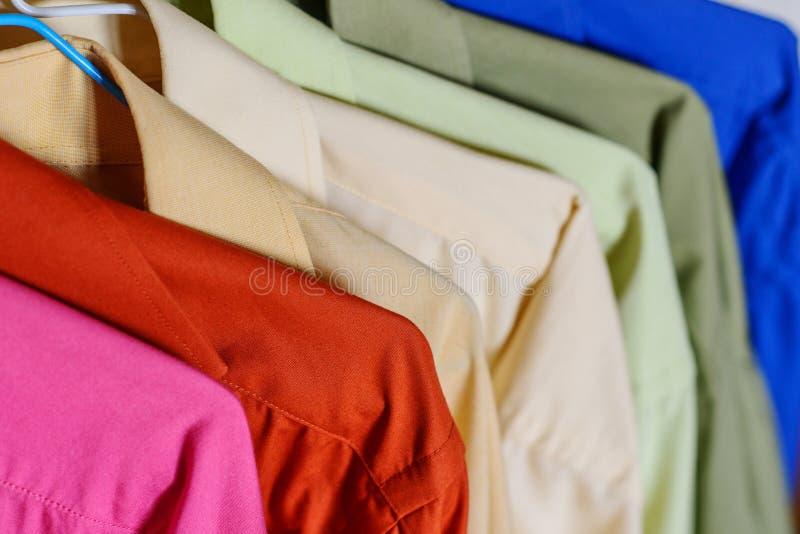 Camisas coloridas do ` s dos homens imagens de stock royalty free