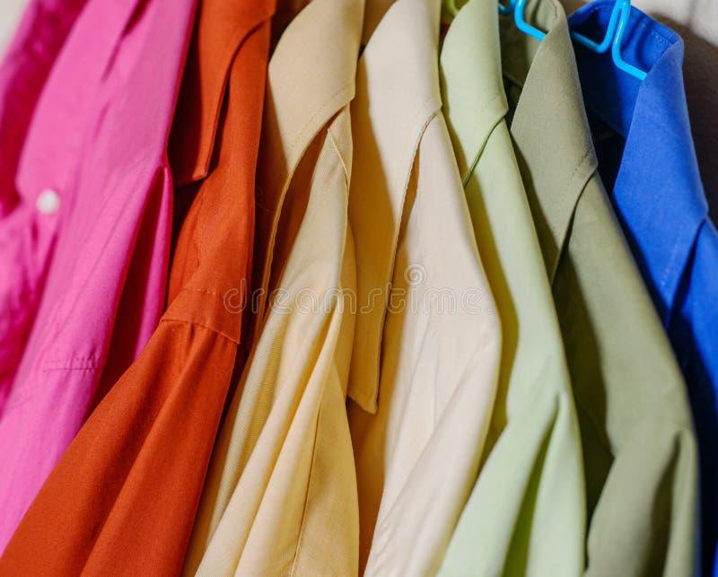 Camisas coloridas do ` s dos homens foto de stock royalty free