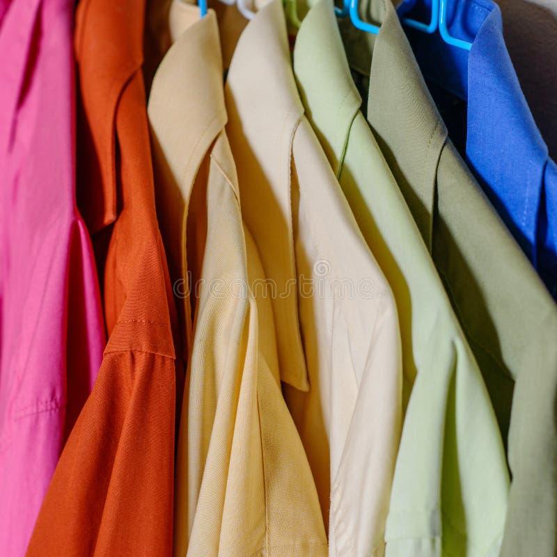 Camisas coloridas do ` s dos homens imagem de stock