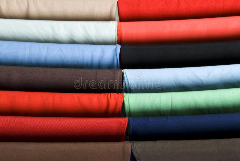 Camisas coloridas em uma cremalheira de secagem imagens de stock
