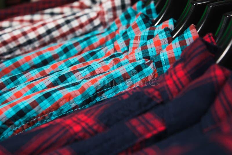 Camisas coloridas no gancho em uma loja fotografia de stock