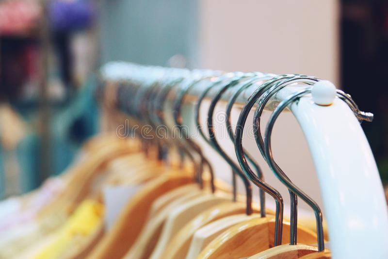 Camisas coloridas que penduram no fim da cremalheira acima fotos de stock royalty free