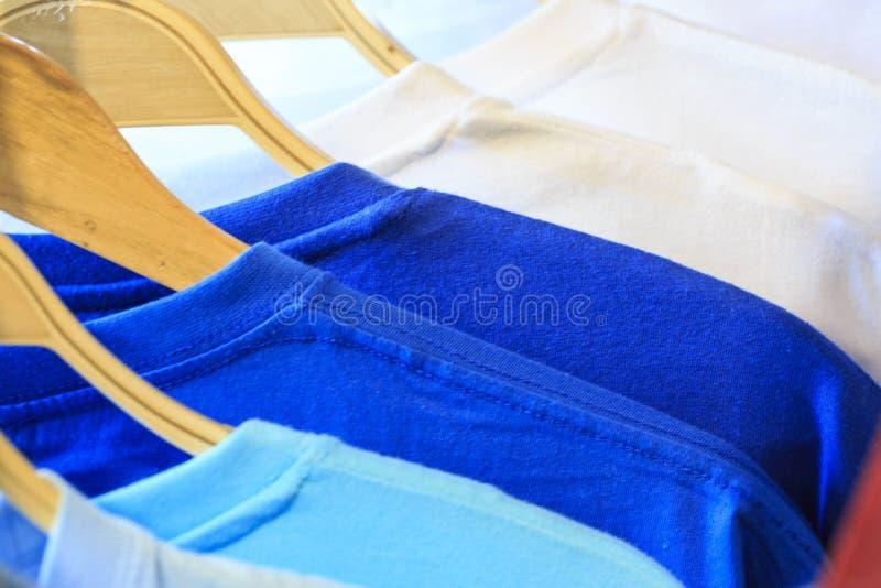 Camisas da cor T em uma loja fotos de stock