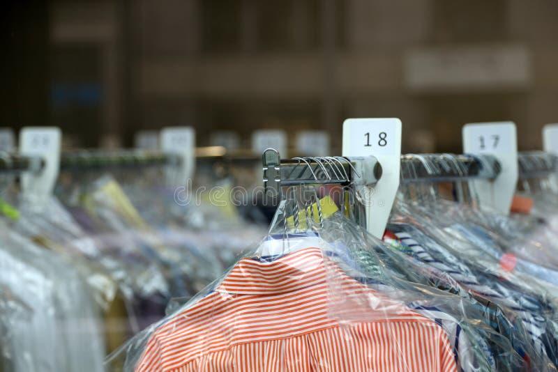Camisas da tinturaria em ganchos na limpeza química fotografia de stock royalty free