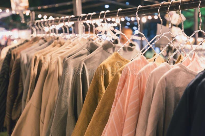 Camisas de algodón hechas a mano que cuelgan en barra imagen de archivo libre de regalías