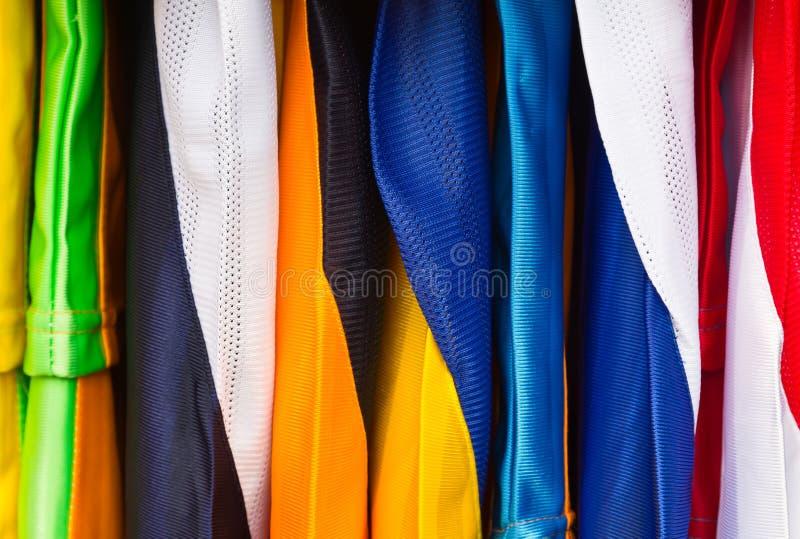 Camisas de esporte coloridas fotografia de stock