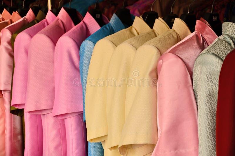Camisas de la seda del color foto de archivo