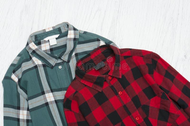 Camisas de manta verdes e vermelhas conceito elegante foto de stock