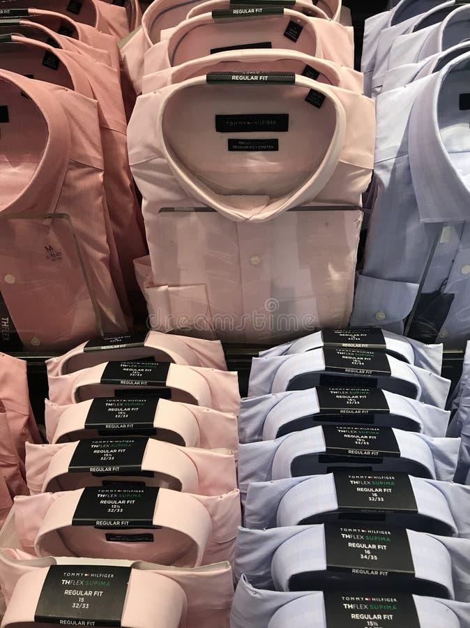 Camisas de Men's para a venda na loja fotos de stock royalty free
