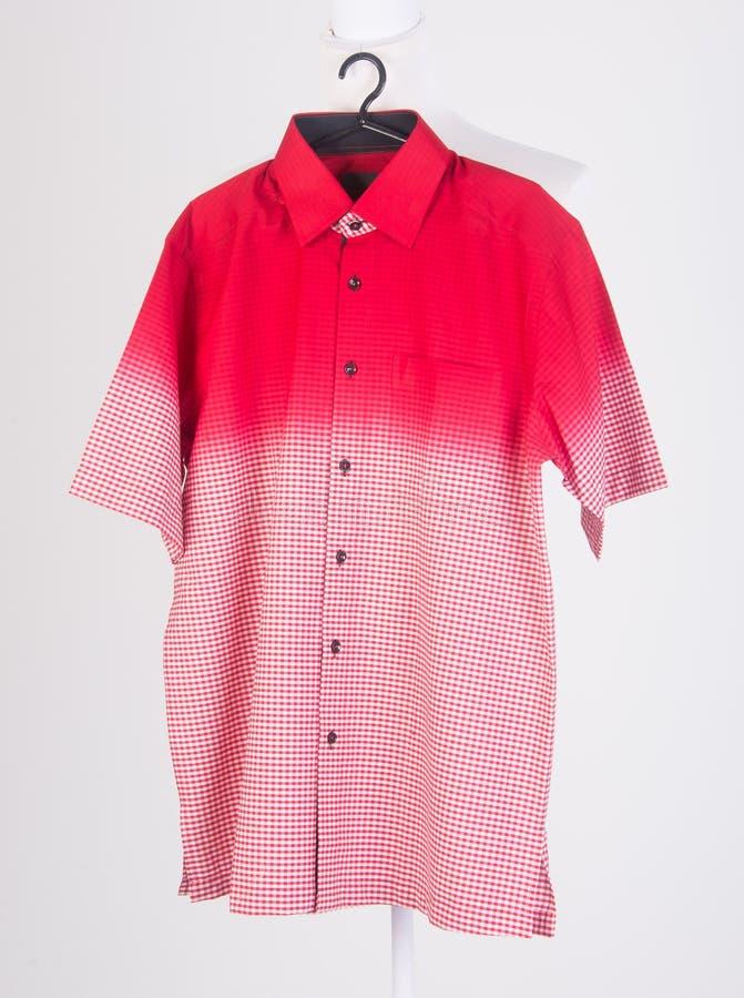 camisas camisas do homem em ganchos imagem de stock royalty free