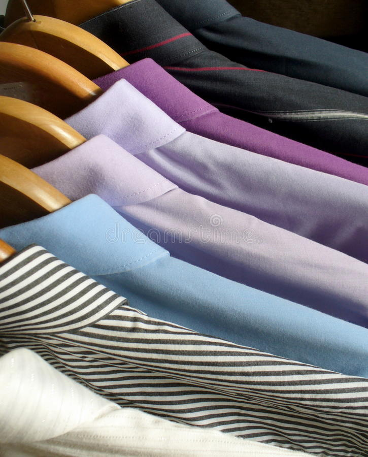 Camisas do homem em ganchos foto de stock royalty free