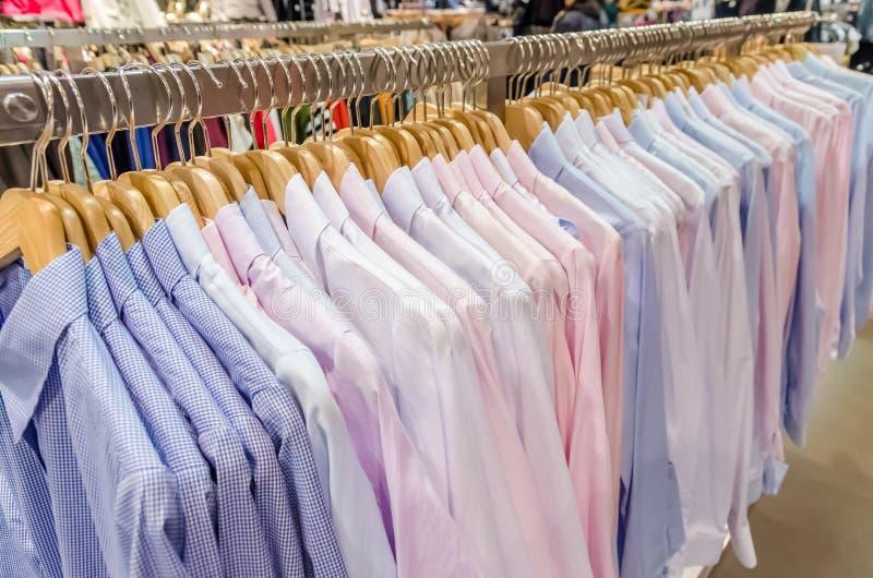 Camisas do homem no gancho fotografia de stock royalty free