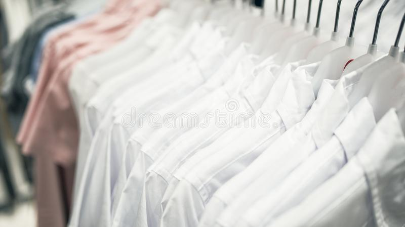 Camisas do ` s dos homens brancos em ganchos fotos de stock
