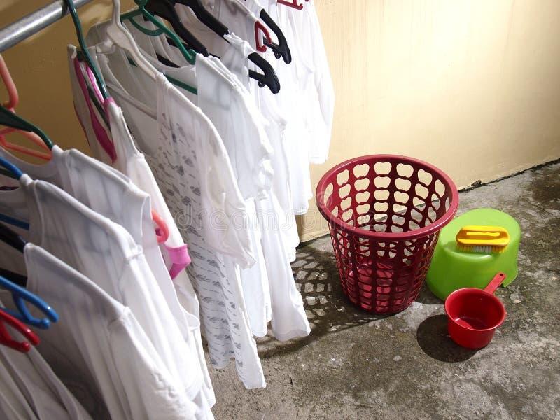 Camisas e materiais lavados da lavanderia fotos de stock royalty free