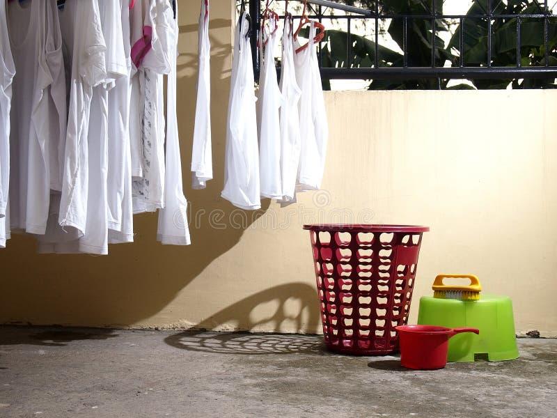 Camisas e materiais lavados da lavanderia imagens de stock royalty free