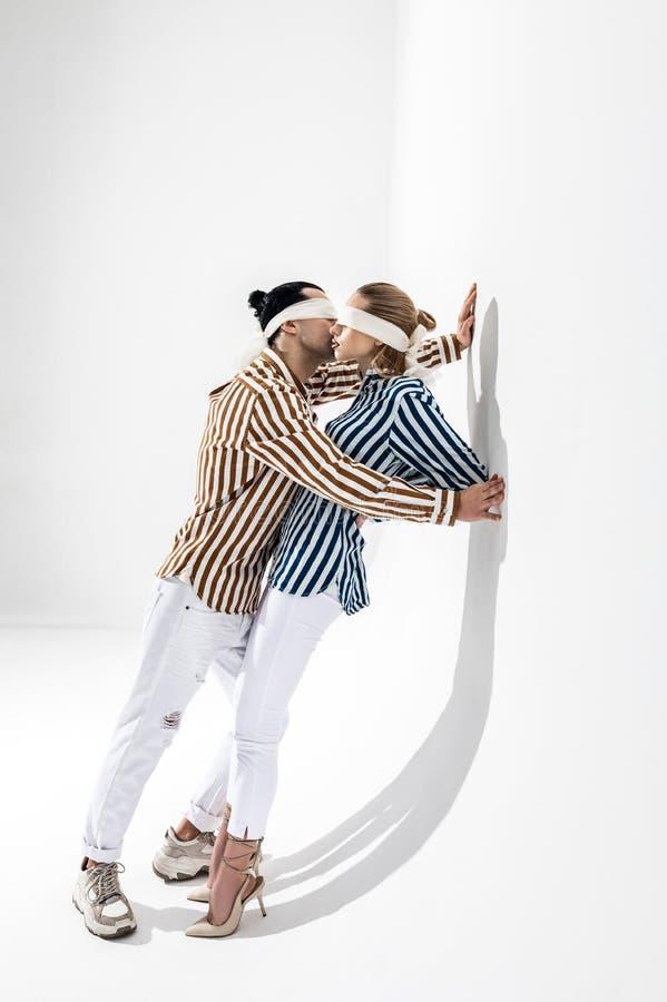 Camisas e vendas Modelos criativos novos que vestem camisas listradas e vendas que levantam junto imagem de stock