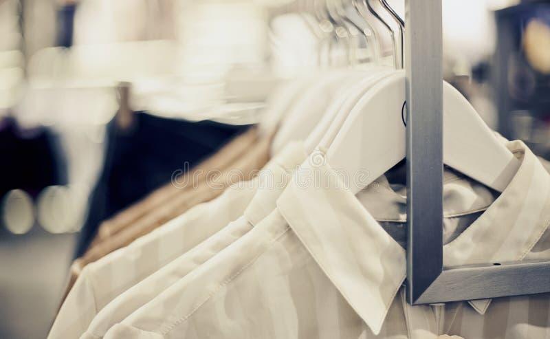 Camisas em ganchos Compra na loja fotografia de stock