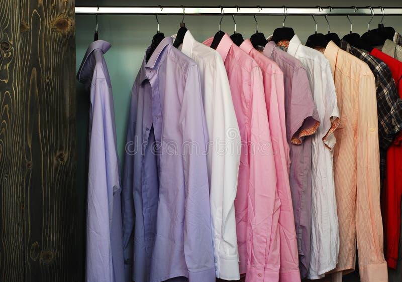 Camisas em uma loja de roupa fotografia de stock