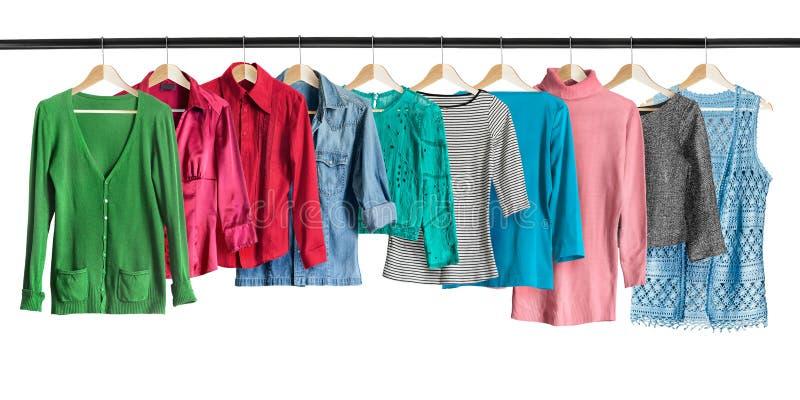 Camisas en los estantes de la ropa imagenes de archivo