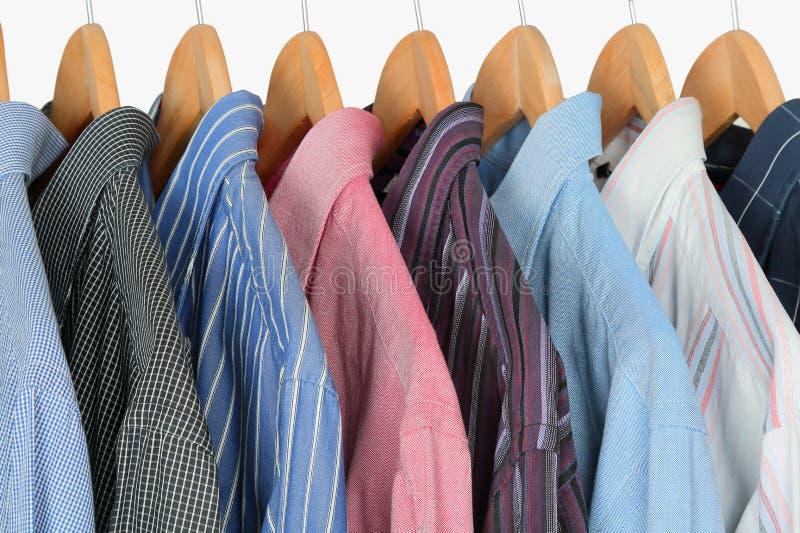 Camisas en perchas fotografía de archivo
