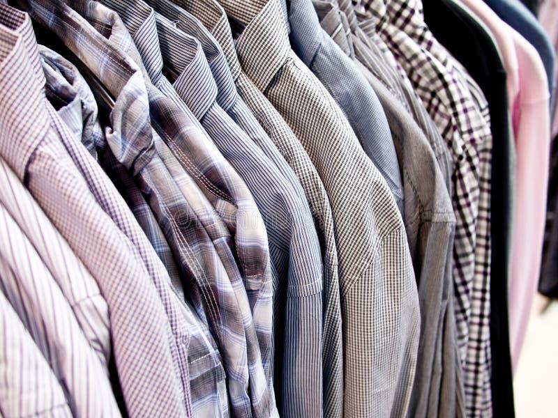 Camisas en un departamento del menswear foto de archivo libre de regalías