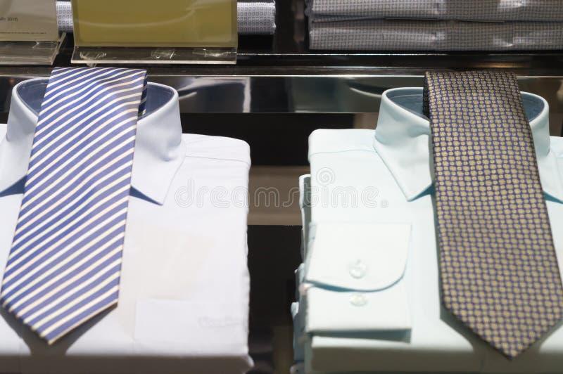 Camisas luxuosos empilhadas arrumadas com os laços bonitos neles imagem de stock