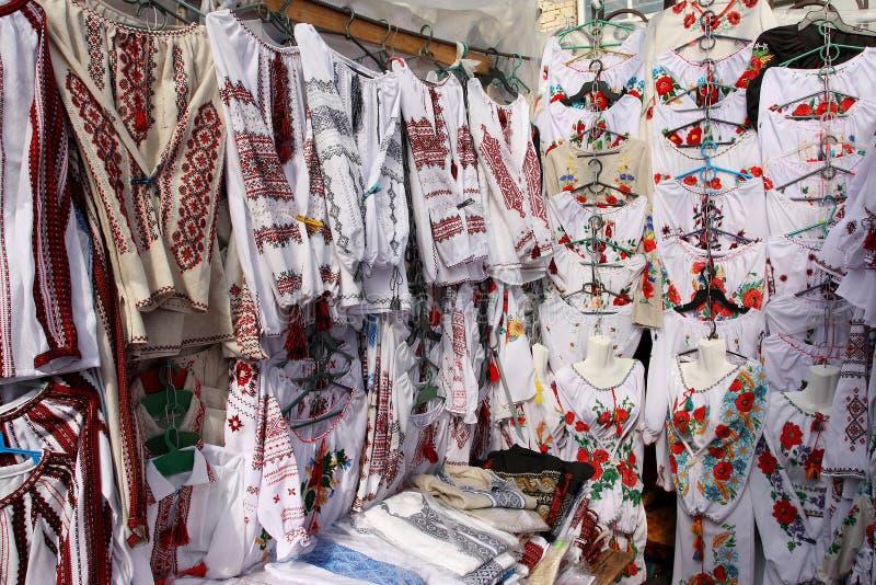 Camisas nacionais no showcase do mercado fotografia de stock royalty free