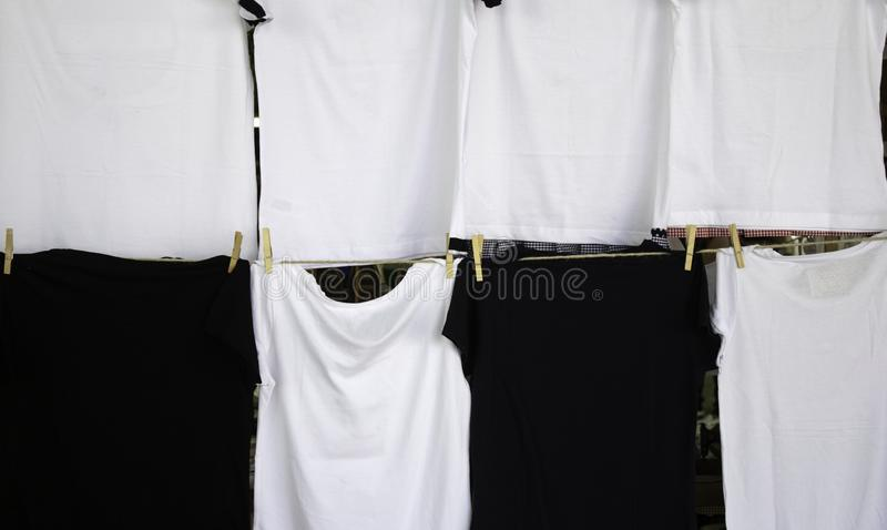 Camisas no mercado foto de stock