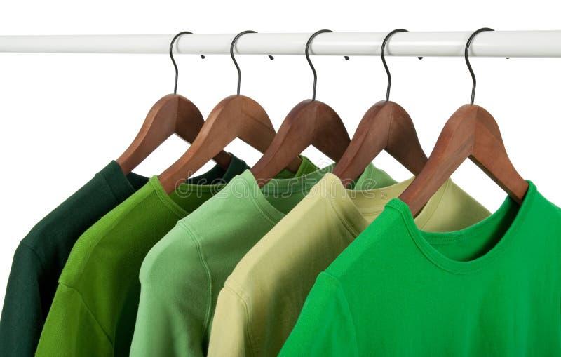 Camisas ocasionais nos ganchos, tons diferentes do verde imagem de stock royalty free