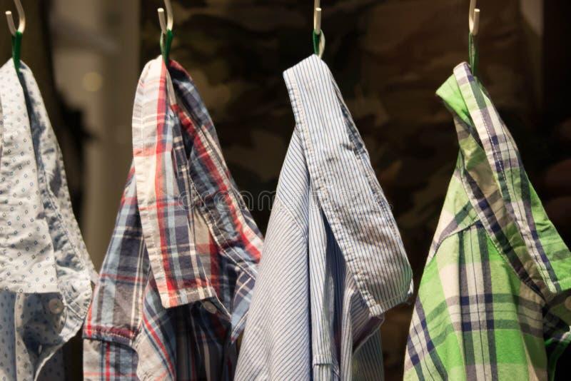 Camisas penduradas em uma loja imagem de stock royalty free