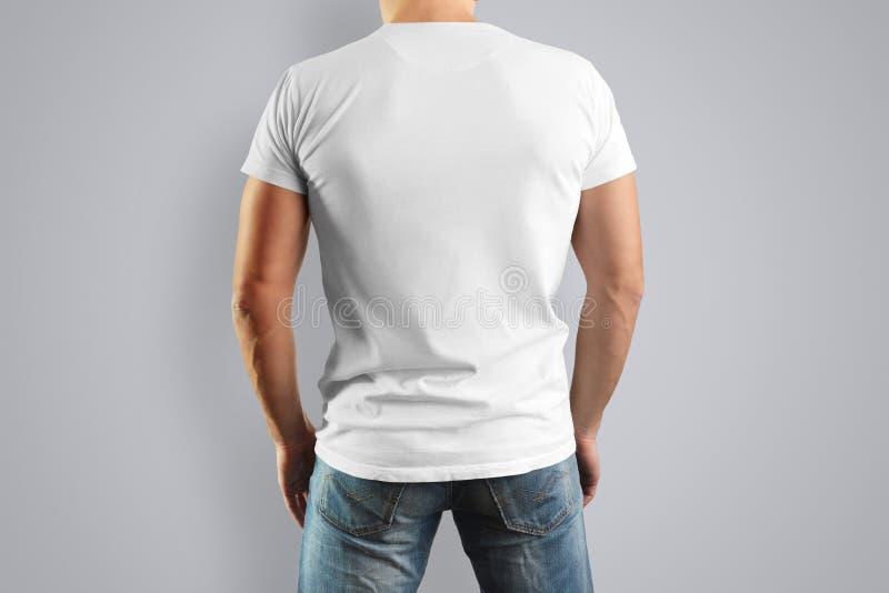 Camiseta blanca de la maqueta en una opinión joven del moho de la parte posterior fotos de archivo