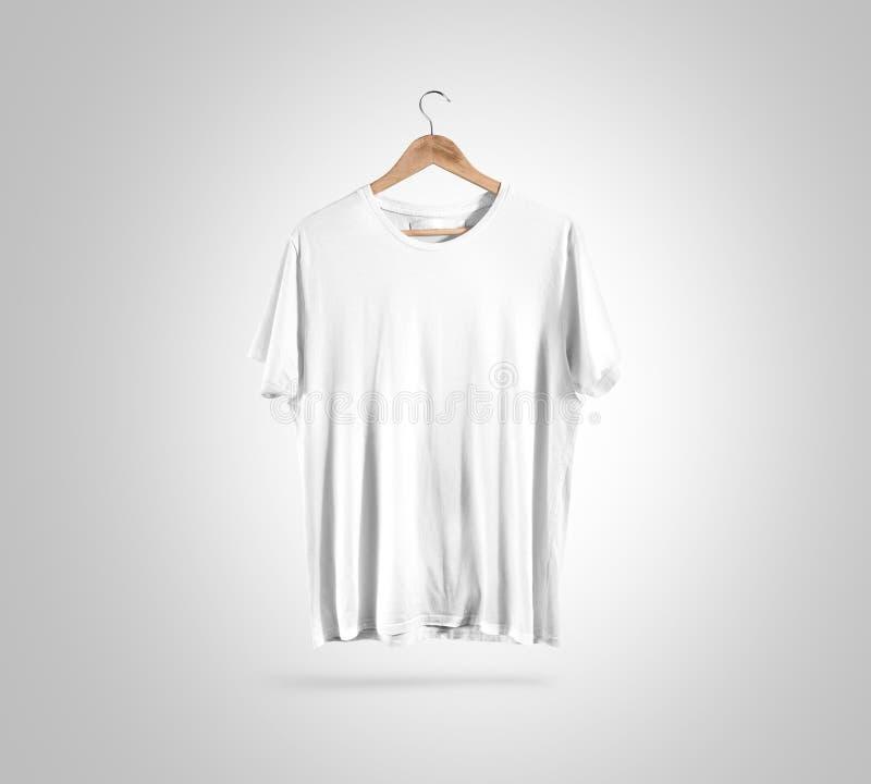 Camiseta blanca en blanco en la suspensión, maqueta del diseño, trayectoria de recortes fotografía de archivo libre de regalías