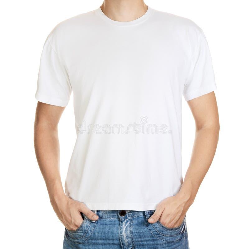 Camiseta blanca en un modelo del hombre joven aislado fotografía de archivo