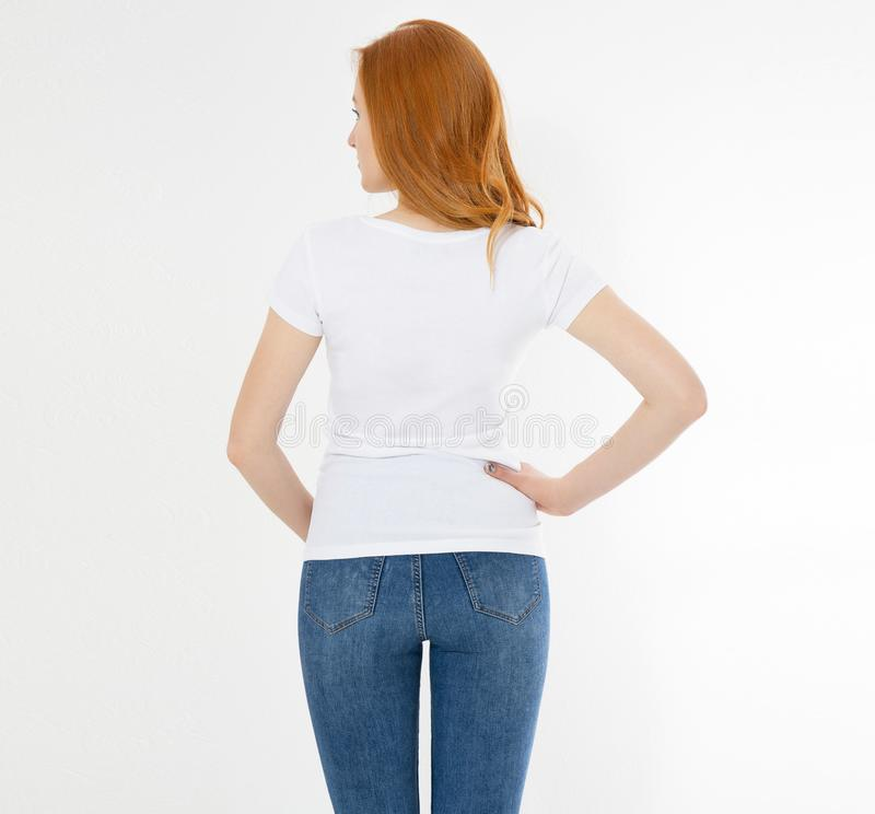 Camiseta blanca en una muchacha sonriente: visi?n trasera Mujer roja del pelo con mofa vac?a de la camiseta para arriba fotos de archivo libres de regalías