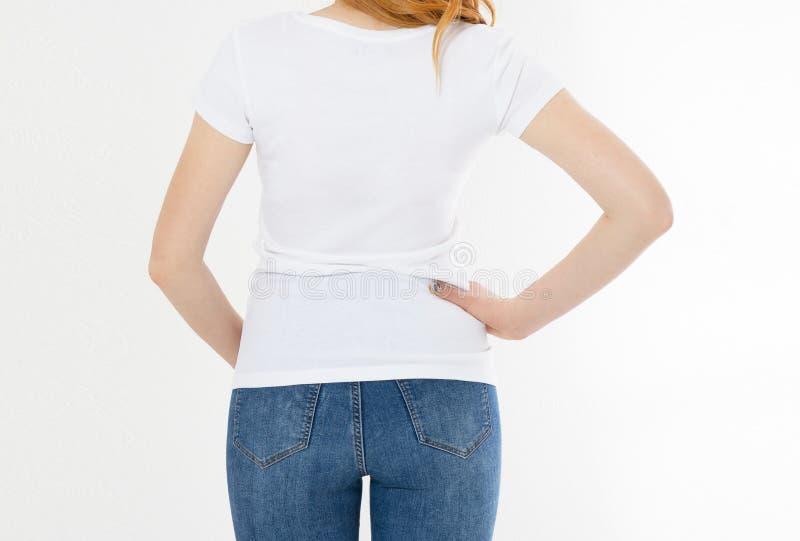 Camiseta blanca en una muchacha sonriente: visi?n trasera Mujer roja del pelo con mofa vac?a de la camiseta para arriba fotografía de archivo