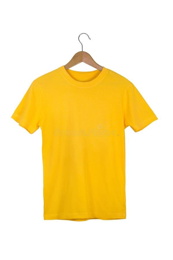 Camiseta de algodón en blanco amarilla con la suspensión de madera aislada en blanco fotos de archivo libres de regalías