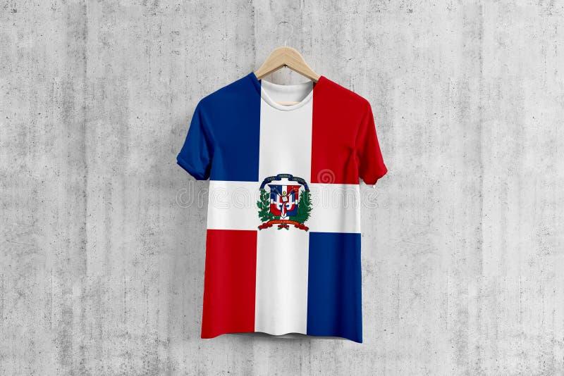 Camiseta de la bandera de la República Dominicana en la suspensión, idea uniforme del diseño del equipo dominicano para la produc libre illustration