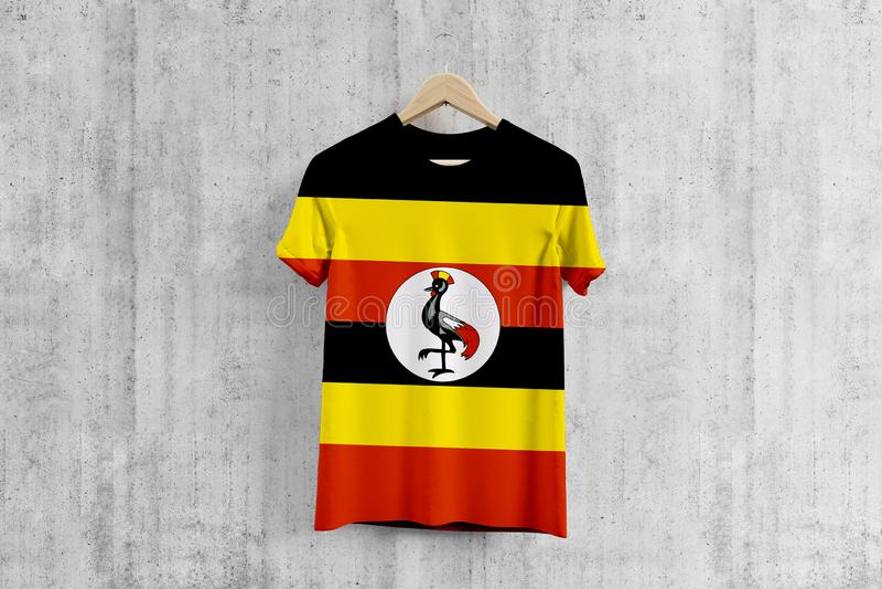 Camiseta de la bandera de Uganda en la suspensión, idea uniforme del diseño del equipo Ugandan para la producción de la ropa Desg stock de ilustración