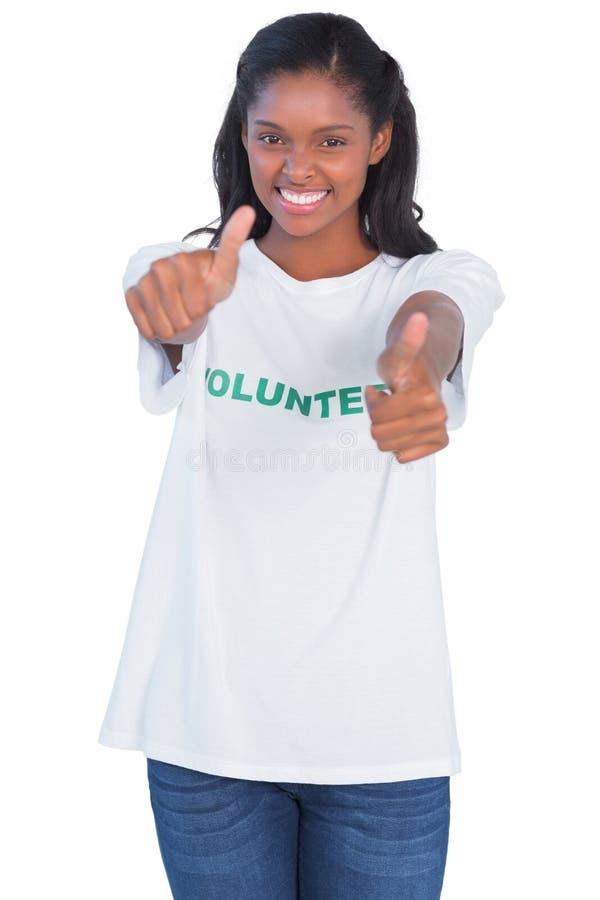 Camiseta de la mujer joven y del donante que llevan pulgares voluntarios para arriba foto de archivo libre de regalías