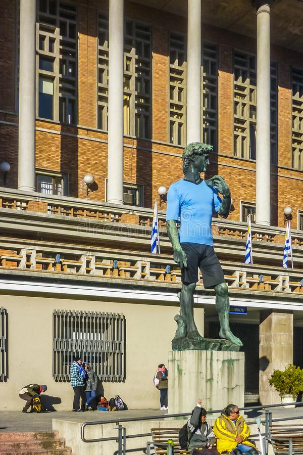 Camiseta del fútbol de David Replica Sculpture Wearing Uruguayan foto de archivo