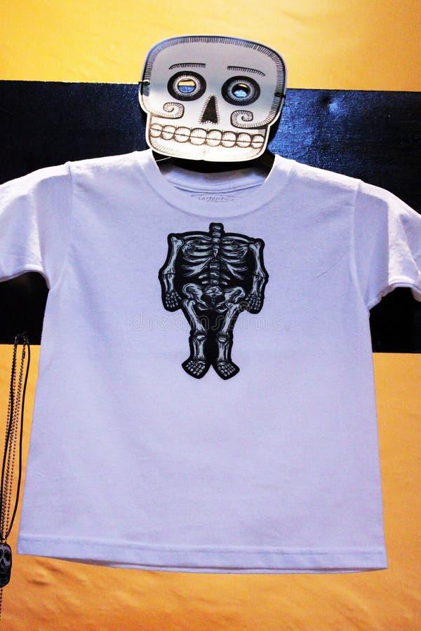 Camiseta esquelética de los cráneos mexicanos, máscaras de animales, día de dias de los muertos de la muerte muerta fotografía de archivo libre de regalías