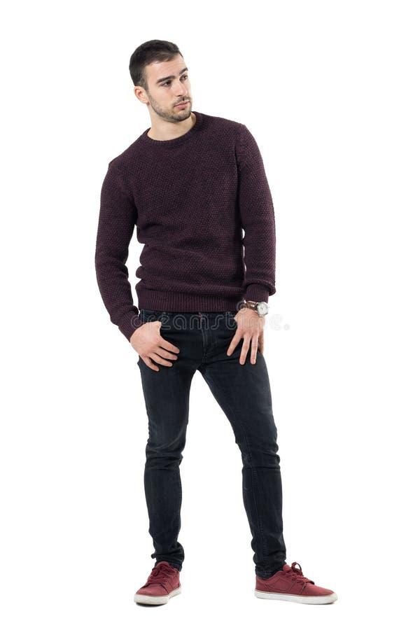 Camiseta marrom vestindo do homem ocasional macho seguro sério que olha afastado imagens de stock