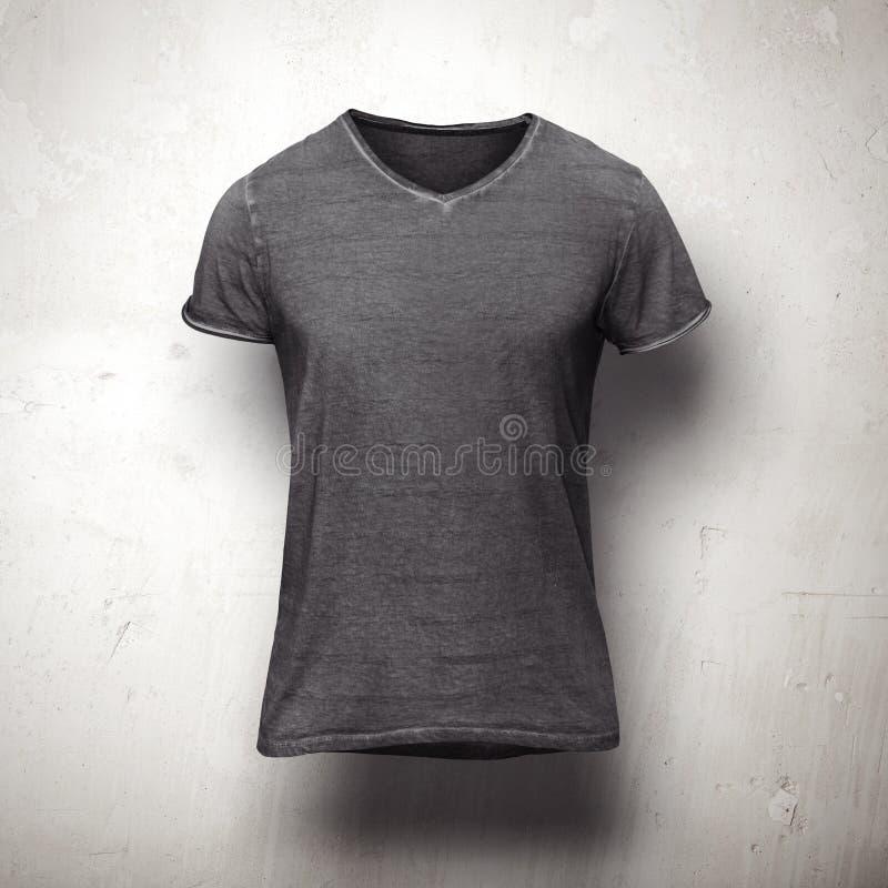 Camiseta oscura aislada en fondo gris foto de archivo libre de regalías